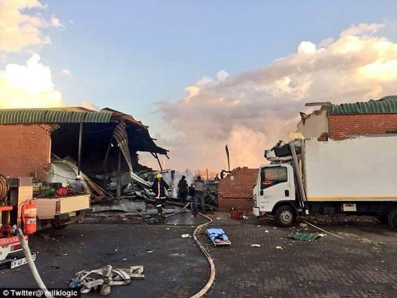 التقطه راكب.. صورة لحظة تحطم طائرة في جنوب إفريقيا